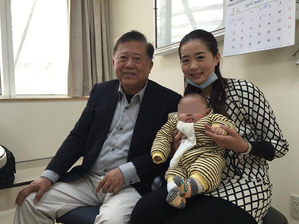 童綜合心臟權威醫師魏崢(左),讓心內膜炎孕婦在孕程中施行手術置換二尖瓣膜,最後成...