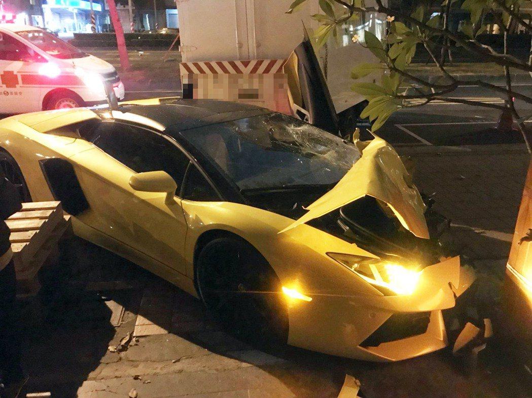 鍾姓男子駕駛的藍寶堅尼超跑昨晚肇事撞毀。記者林保光/翻攝