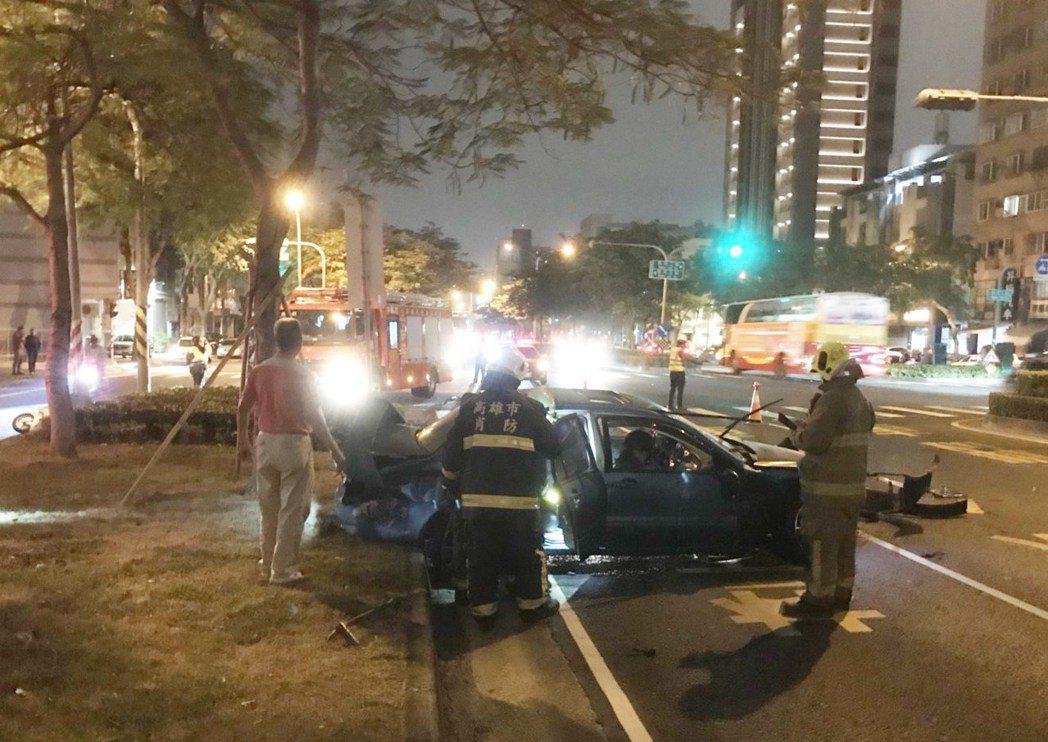 藍寶堅尼超跑闖紅燈撞汽、機車,消防隊正搶救傷者。記者林保光/翻攝