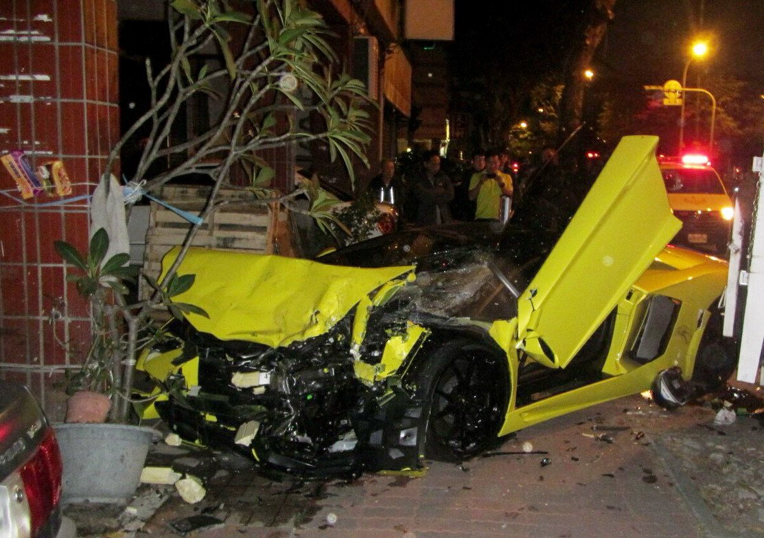 藍寶堅尼超跑闖紅燈肇事,撞上騎樓柱,車毀人傷。記者林保光/翻攝