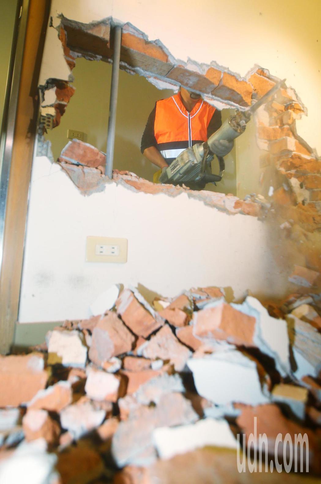 新北市政府今天開始強力執行列管中的頂樓投資客出租套房違建拆除,工務局所屬的違章建...