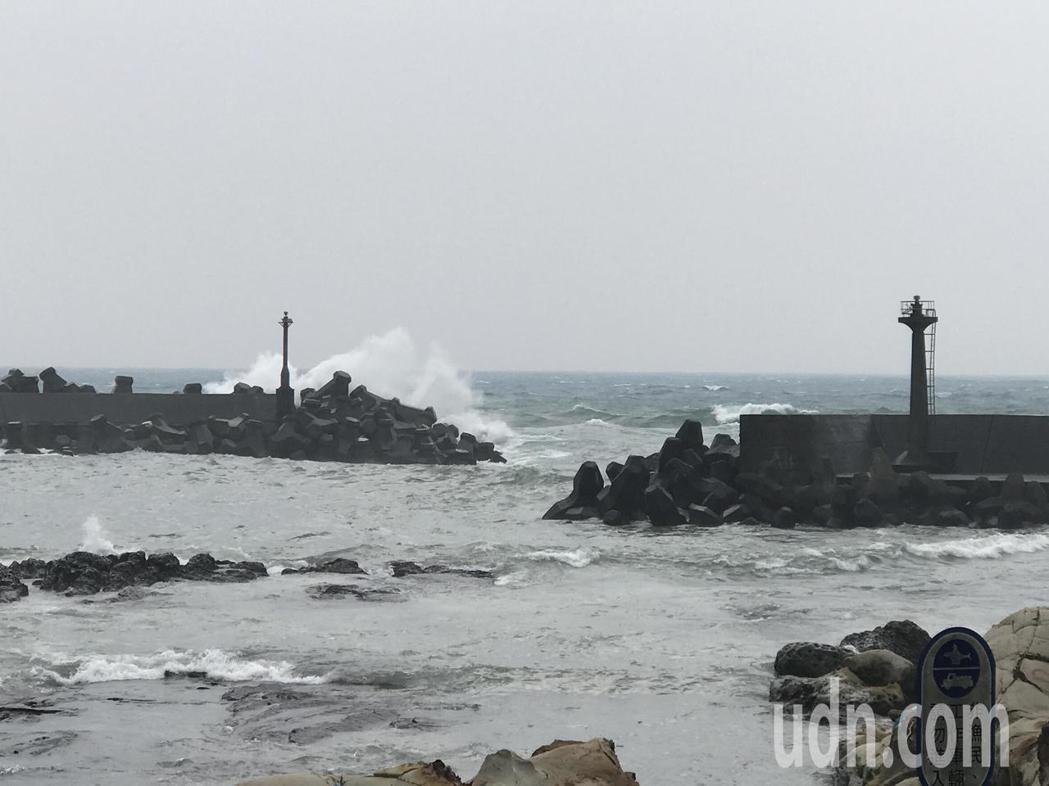 漁民抱怨都出人命了,請政府延長防波堤,讓港嘴穩靜度好一點,不要再有漁船受害。記者...