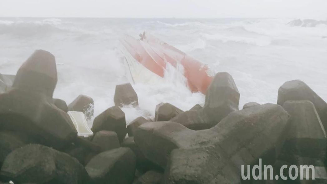 勝福6號漁船,今天清晨5點多要進港,卻在港口遇大浪觸礁翻覆。圖/新北消防局提供