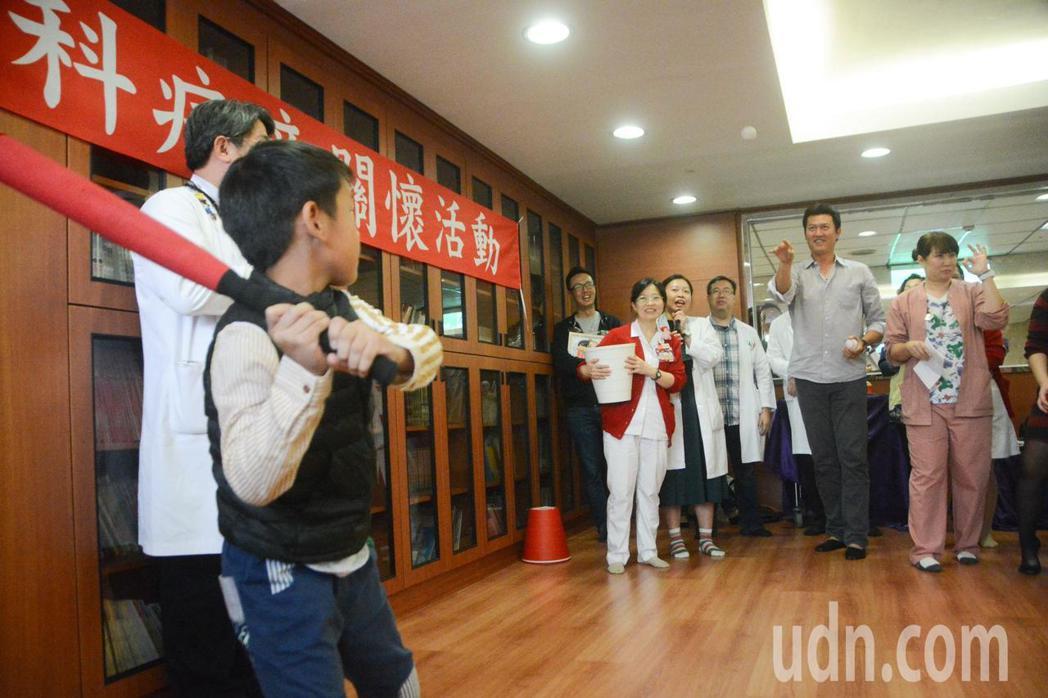 旅美球星王建民參加長庚醫院慶生會,指導小朋友開心打棒球。記者徐白櫻/攝影