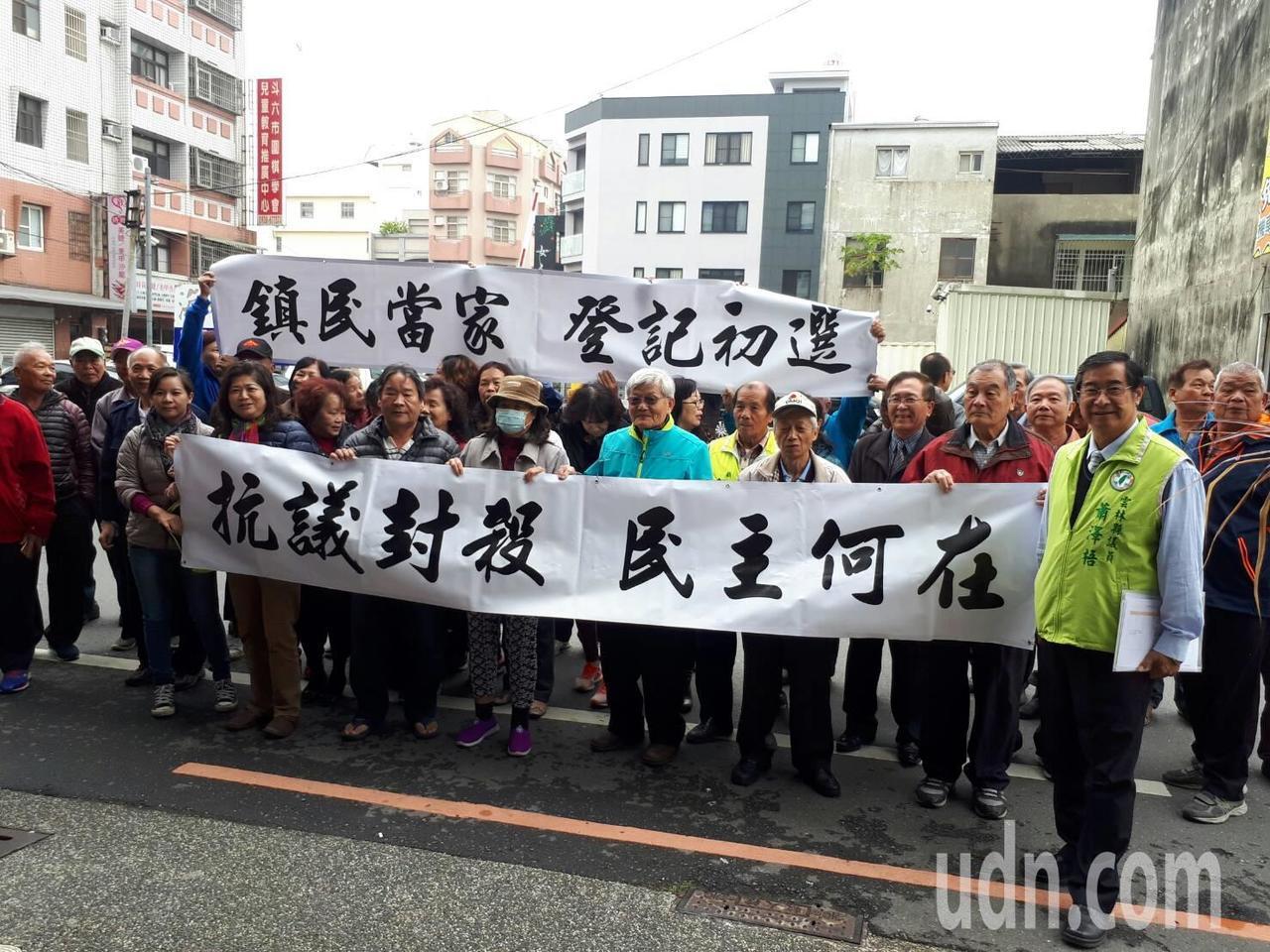 蕭的人馬在黨部前拉布條抗議黨部封殺黨員參選的意願。記者蔡維斌/攝影