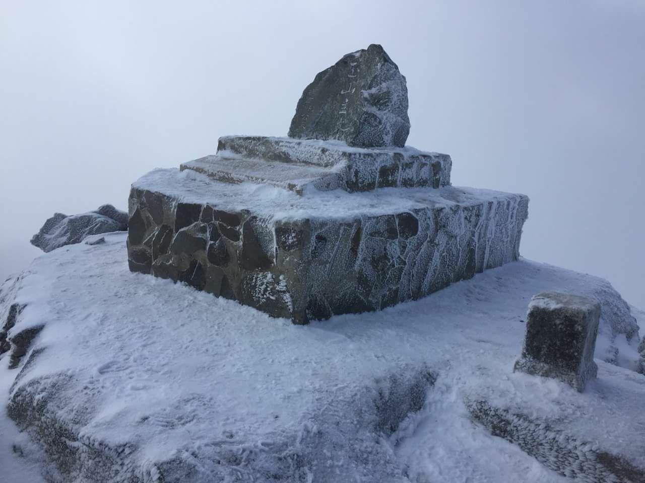 大陸冷氣團南下,氣溫急凍,網友紛紛轉傳山友傳來玉山主峰冰天雪地照片。圖/網友提供