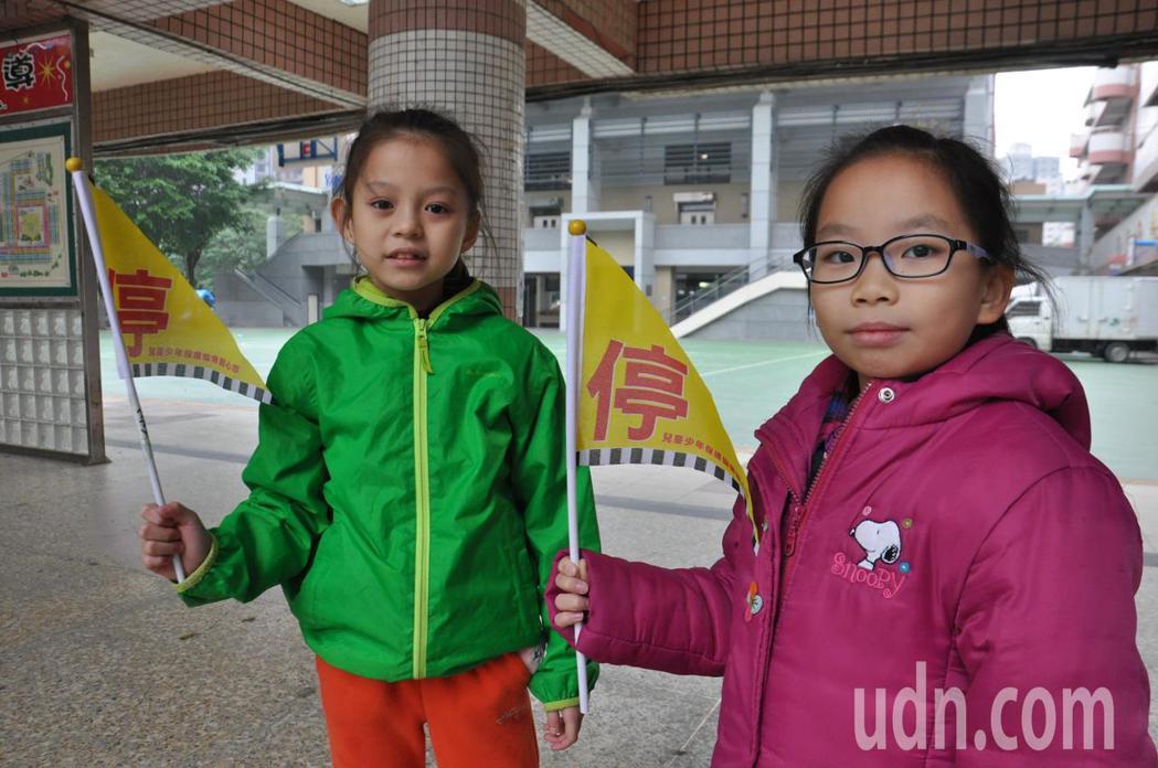 桃園市兒童少年保護協會發起愛的禮讓旗活動,多名家長響應認捐3萬面「禮讓小旗」,第...
