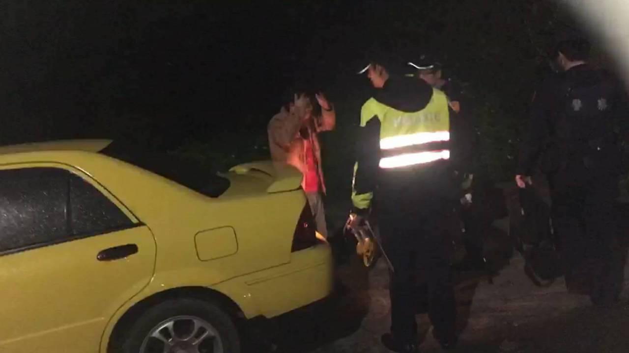 陳姓男子酒駕開黃色轎車,不慎撞凹別人轎車。記者郭宣彣/翻攝