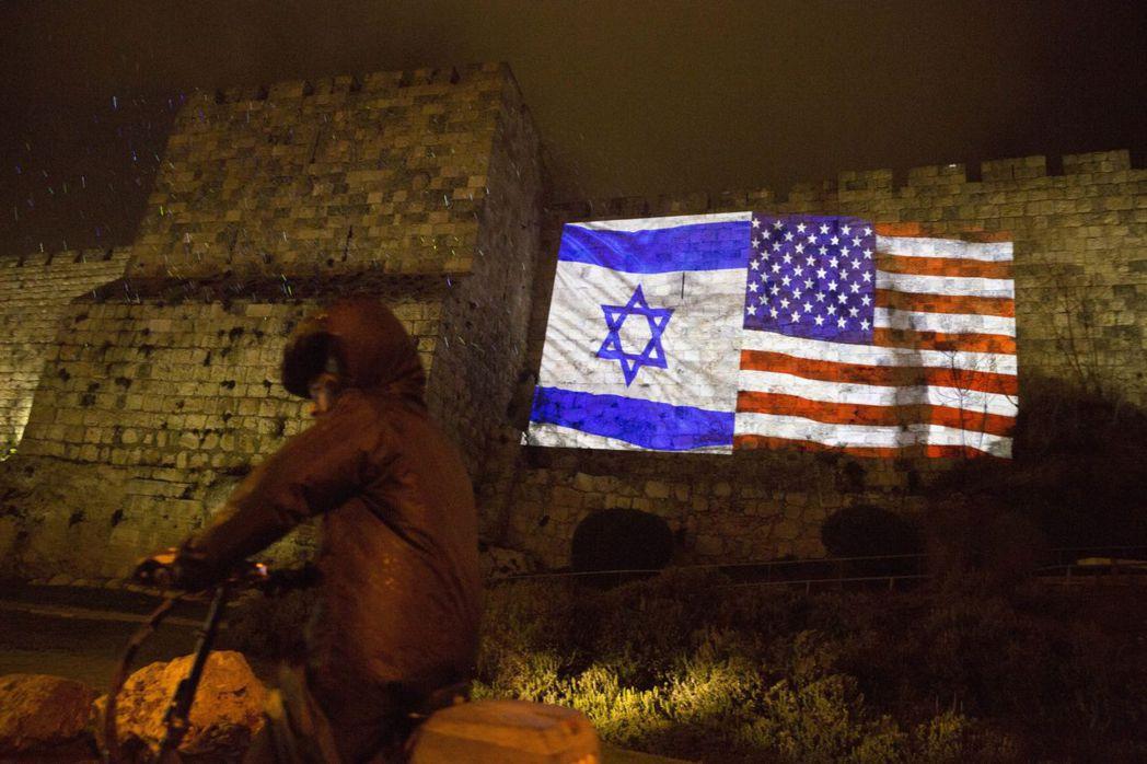 美國和以色列國旗投影在耶路撤冷的舊城牆。美聯社