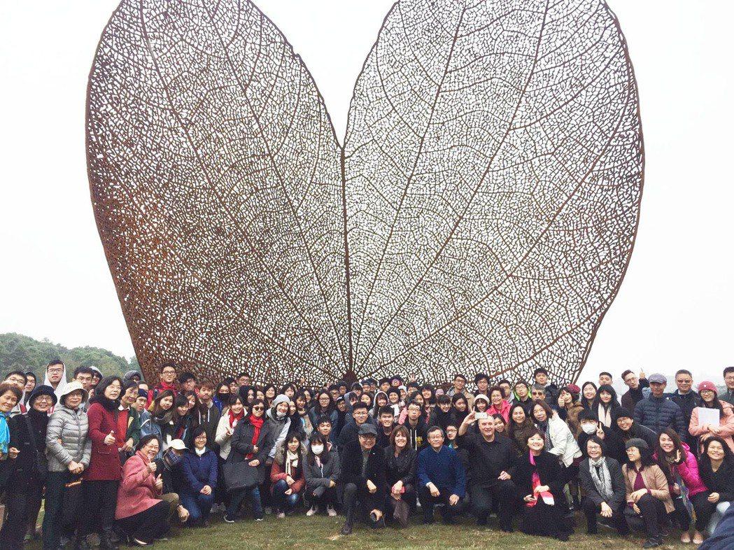 公共藝術品「葉子」(LEAF)今天在清大揭幕。記者郭宣彣/攝影