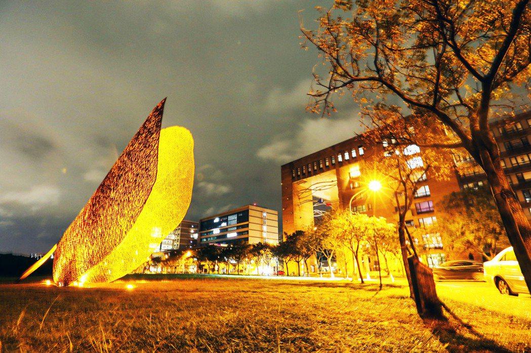 西班牙地景藝術家黃猴諾維亞(Juanjo Novella)為清華製作的巨型公共藝...