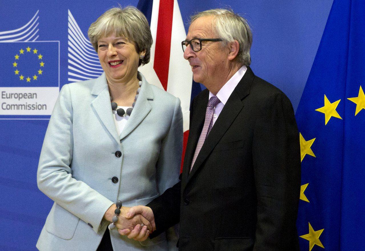 英國首相梅伊(左)和歐盟執委會主席容克會談前握手。美聯社