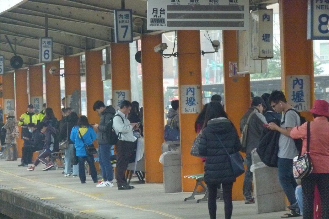 內壢站是台鐵全國三等站搭車人最多的站,平均每天有1萬6000多人次進出。記者鄭國...