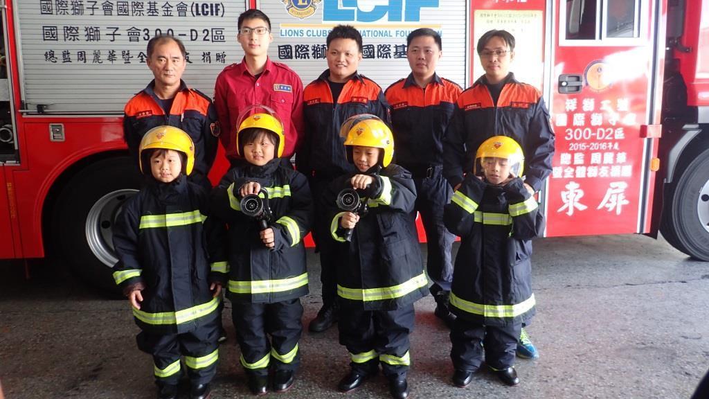 小朋友參加消防體驗,更覺得消防隊員辛苦。記者翁禎霞/翻攝