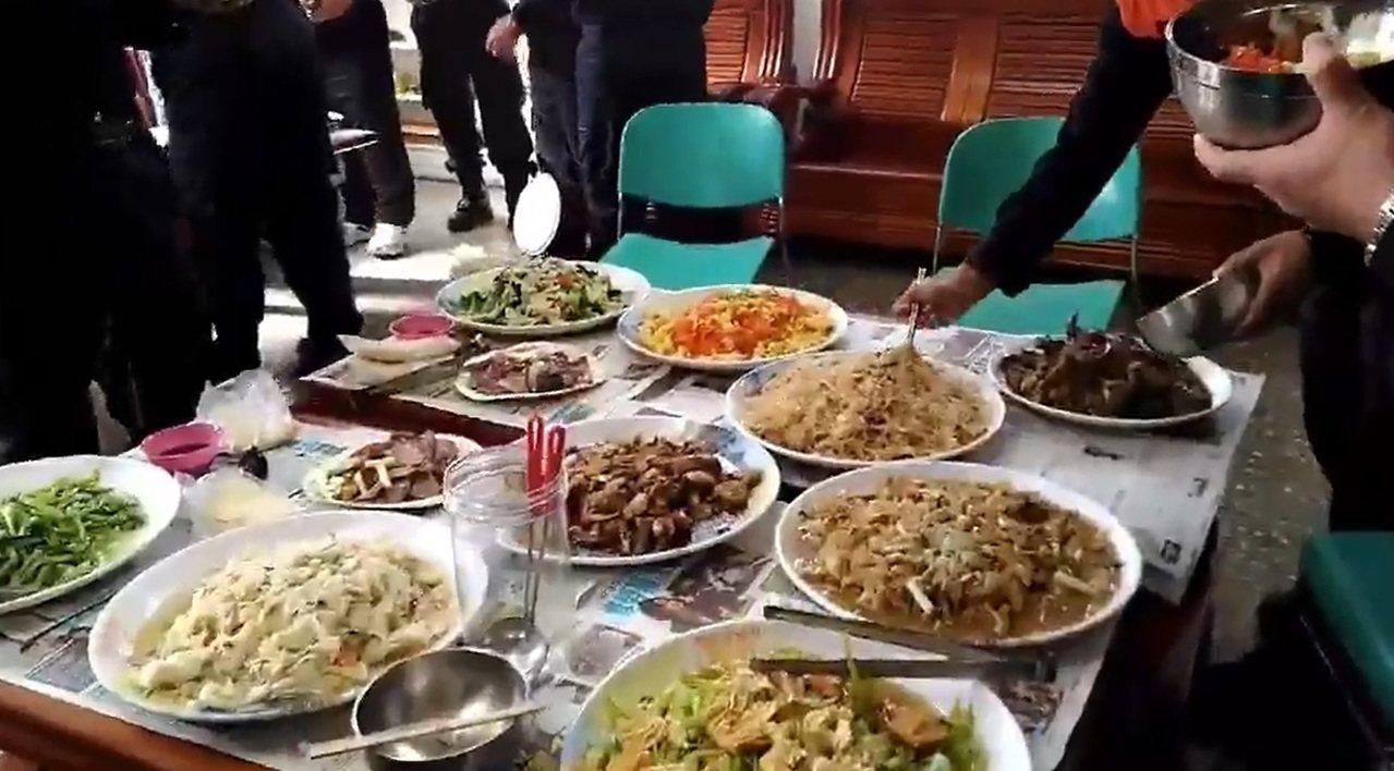 屏東民和國小小朋友和消防隊員送上熱騰騰的飯菜。記者翁禎霞/翻攝
