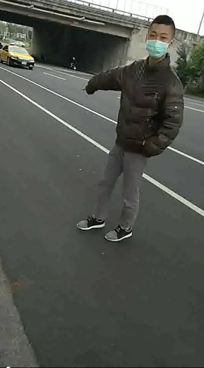台中市吳姓男子在5日時,涉嫌隨機持石頭砸毀一輛機車、汽車,警方今天循線通知吳到案...