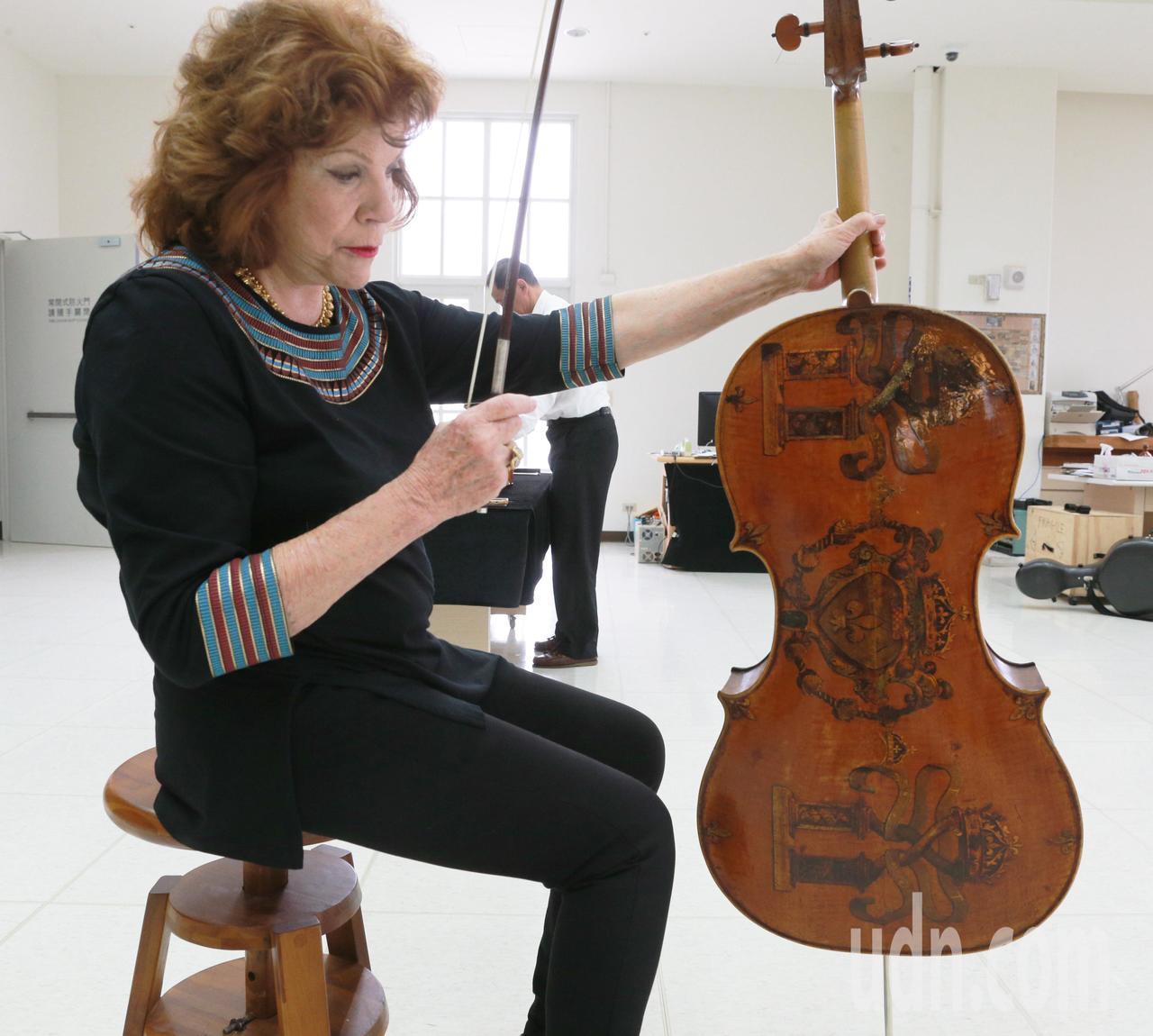 館方大方禮遇瓦列芙斯卡試拉不外借的古董大提琴「Andrea Amati 1566...