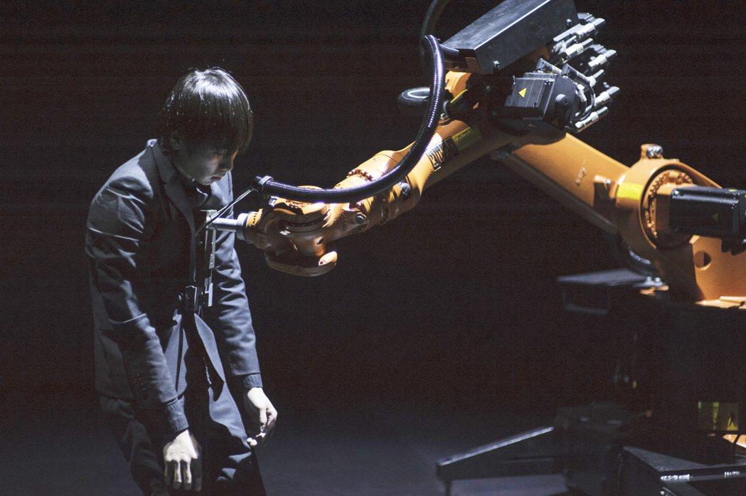 《黃翊與庫卡》是一部人類與機器人的詩意共舞,舞台上的「庫卡」(右)是超過百年歷史...