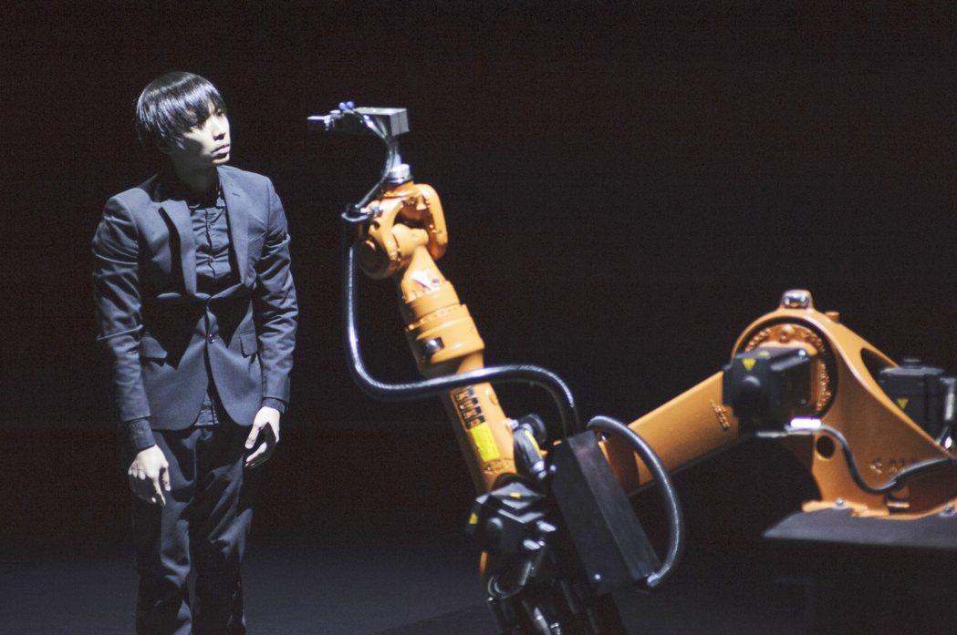 「庫卡」(右)是超過百年歷史的工業機器人,舉手投足如同真人,舞蹈家黃翊(左)和庫...