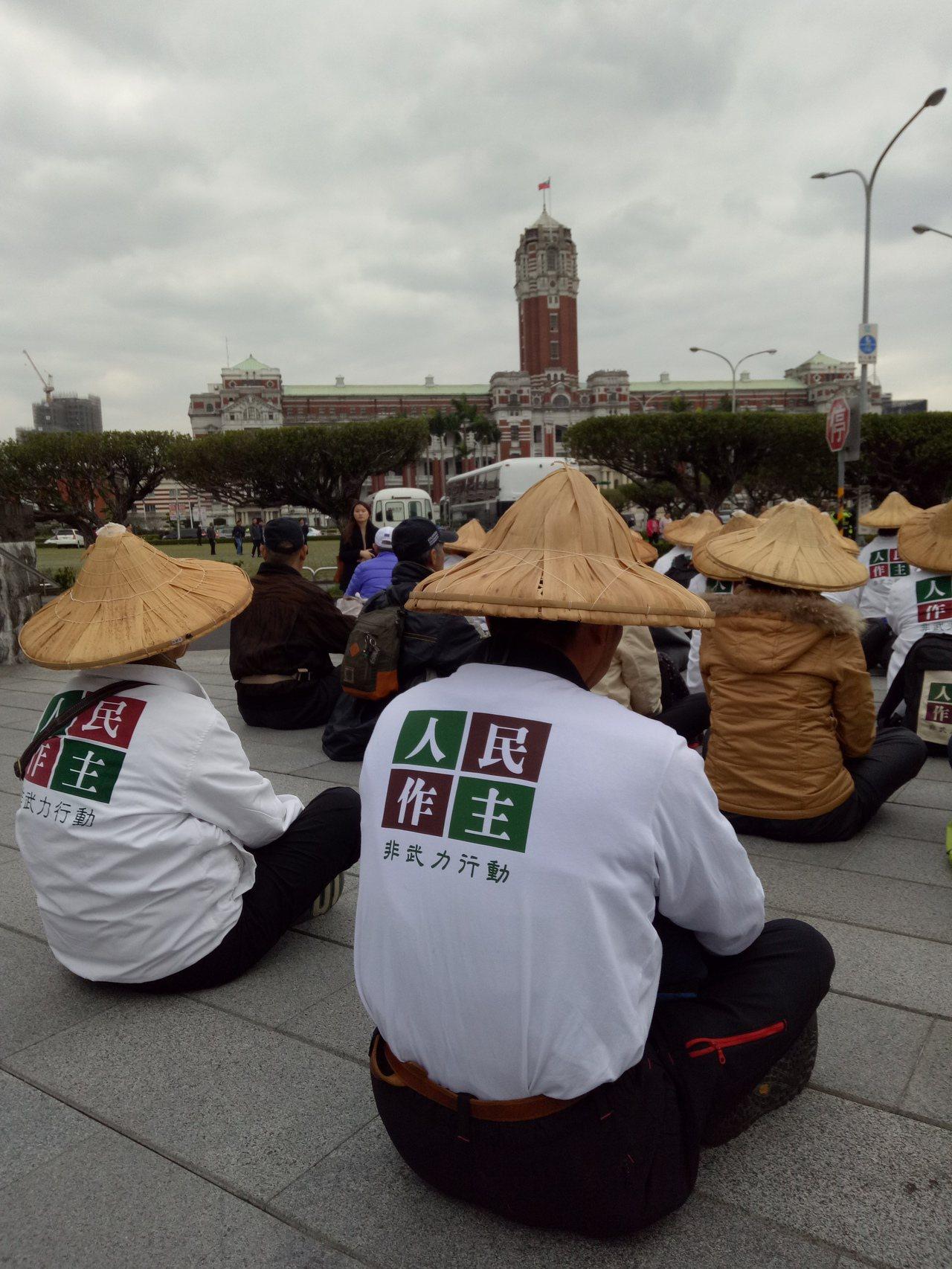 人民作主基金會下午發動「落實民主、補正公投法」凱達格蘭大道行動,近百名志工繞行總...
