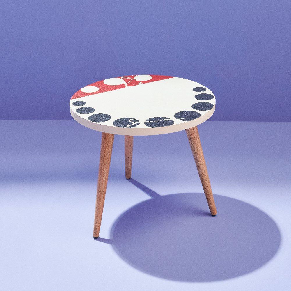 旋轉的調色盤邊几,售價3,700元。圖/生活工場提供
