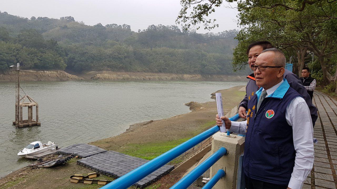 苗栗縣明德水庫水位創下24年來同期新低紀錄,有效蓄水容量只剩2成3,縣長徐耀昌今...