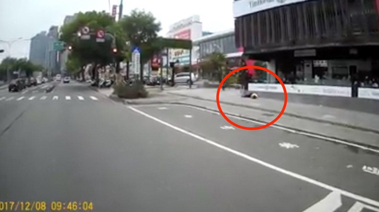 台中市台灣大道四段美食廣場今早驚傳墜樓意外,全程都被路過的網友直擊拍攝。圖/取自...