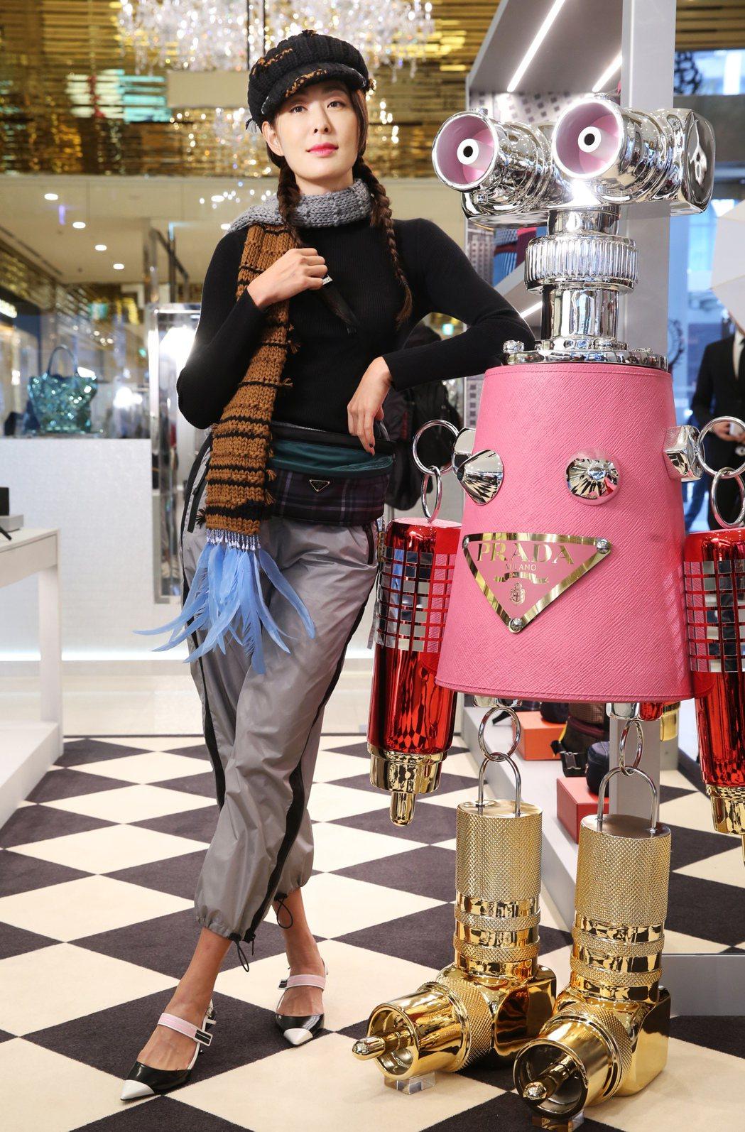 賈永婕穿PRADA黑色高領上衣、灰色尼龍休閒褲、羽毛裝飾圍巾、毛線帽、Cloud...