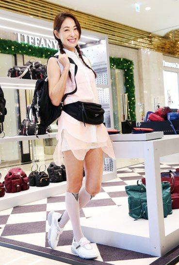 賈永婕穿PRADA無袖雪紡襯衫洋裝、幾何圖紋及膝襪、Cloudbust休閒鞋,配...