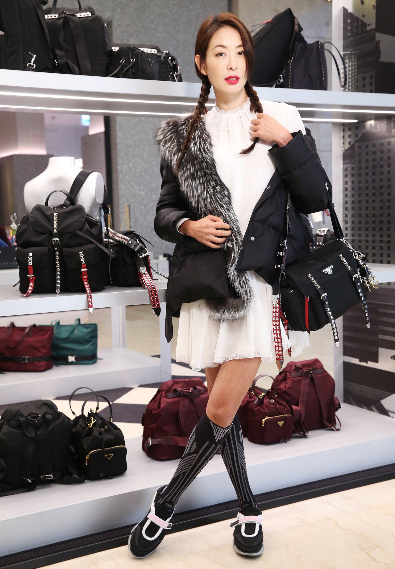 賈永婕穿PRADA狐狸毛羽絨外套、白色絲質洋裝、Cloudbust休閒鞋、幾何及...