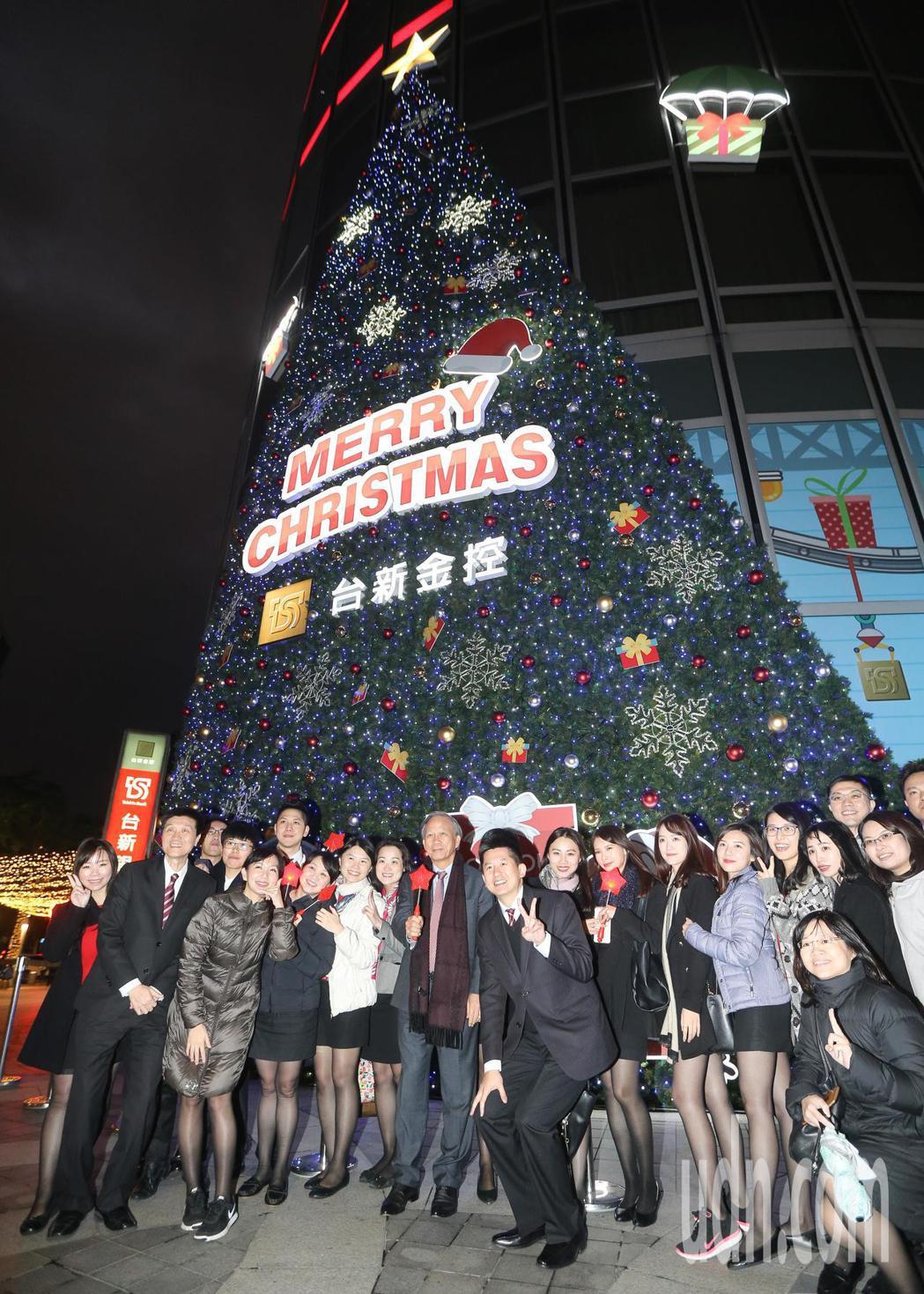 員工在點燈活動後與大樓外牆的聖誕樹裝飾合照。記者黃威彬/攝影