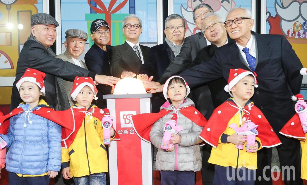 台新金控董事長吳東亮(左四)與公司主管傍晚出席聖誕節點燈活動。記者黃威彬/攝影