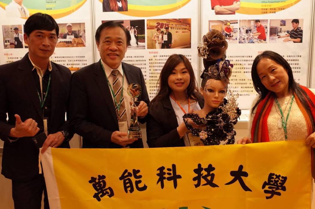 萬能科大校長莊暢(左2)到頒獎典禮現場祝賀林彥筠(右2)。圖/萬能科技大學提供