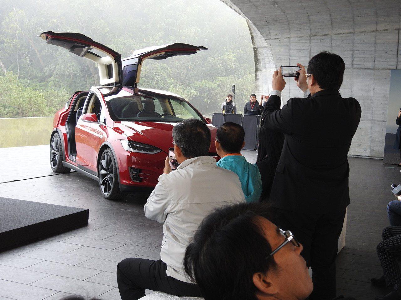 民眾看到「特斯拉」跳舞紛紛拿起手機搶拍,也對其如雙翼般車門感到相當好奇。記者賴香...