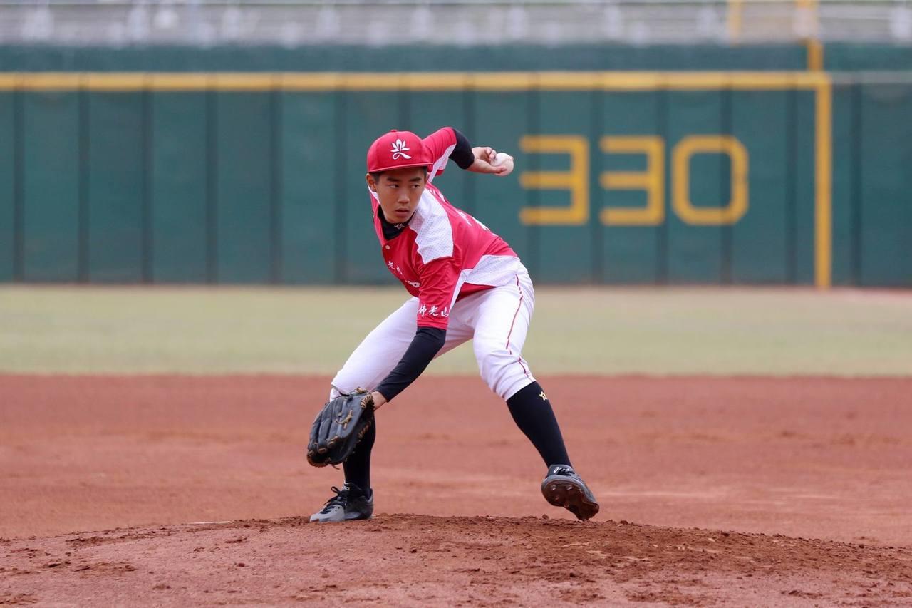 普門中學先發投手鍾昀臻飆出9次三振。圖/學生棒球聯盟提供
