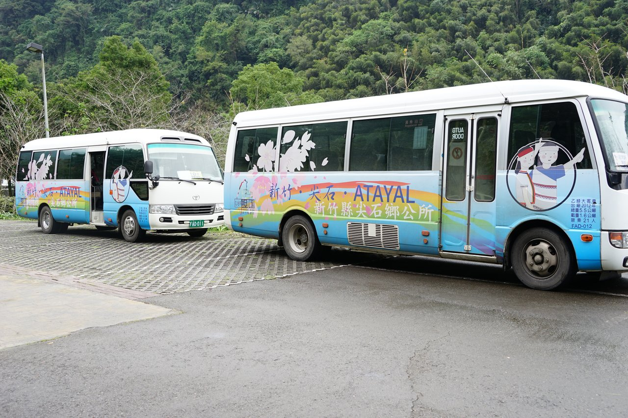 新竹縣尖石鄉今年推出觀光公車,有如深山中的「計程車」,鄉民、遊客可預約叫車。記者...
