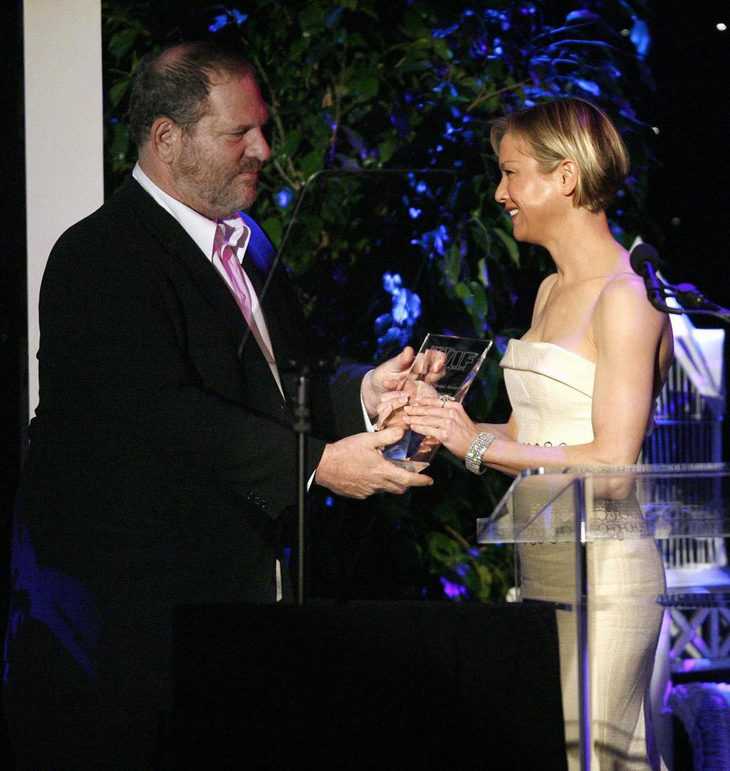 哈維溫斯坦與蕾妮茲薇格曾數度合作,也曾頒獎給她。圖/路透資料照片
