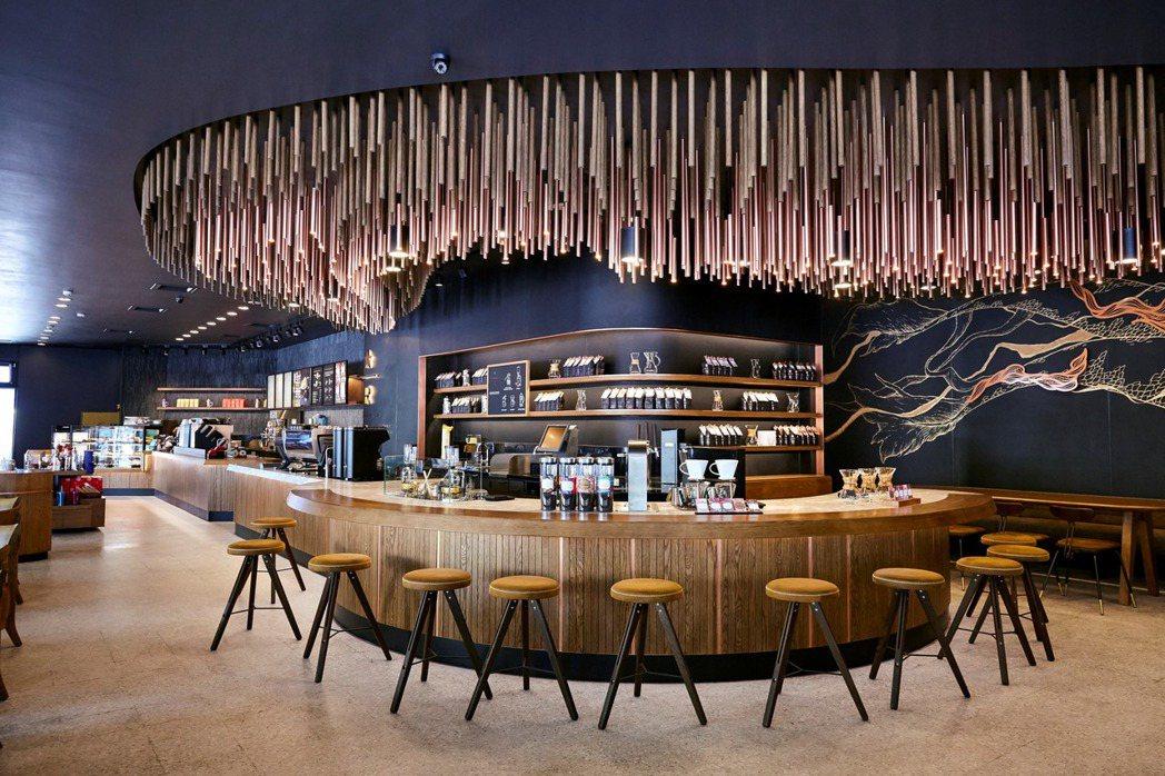 統一星巴克台中大英門市引進全台最頂級摩登典藏吧台。 圖/統一星巴克提供