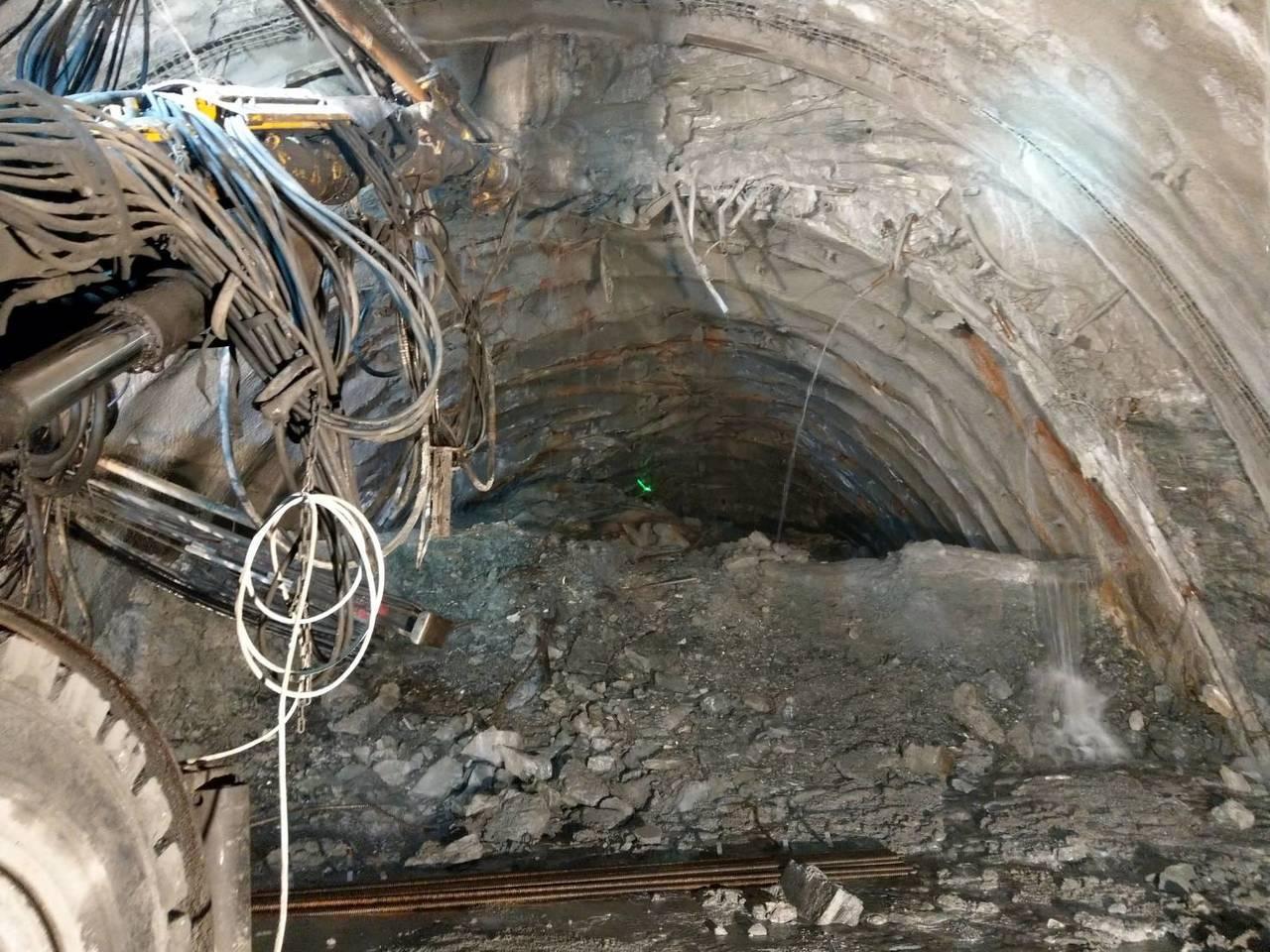 立委徐榛蔚會勘了解蘇花改谷風隧道抽坍受損情形,看到整個隧道被掉下來的土方堵住。 ...