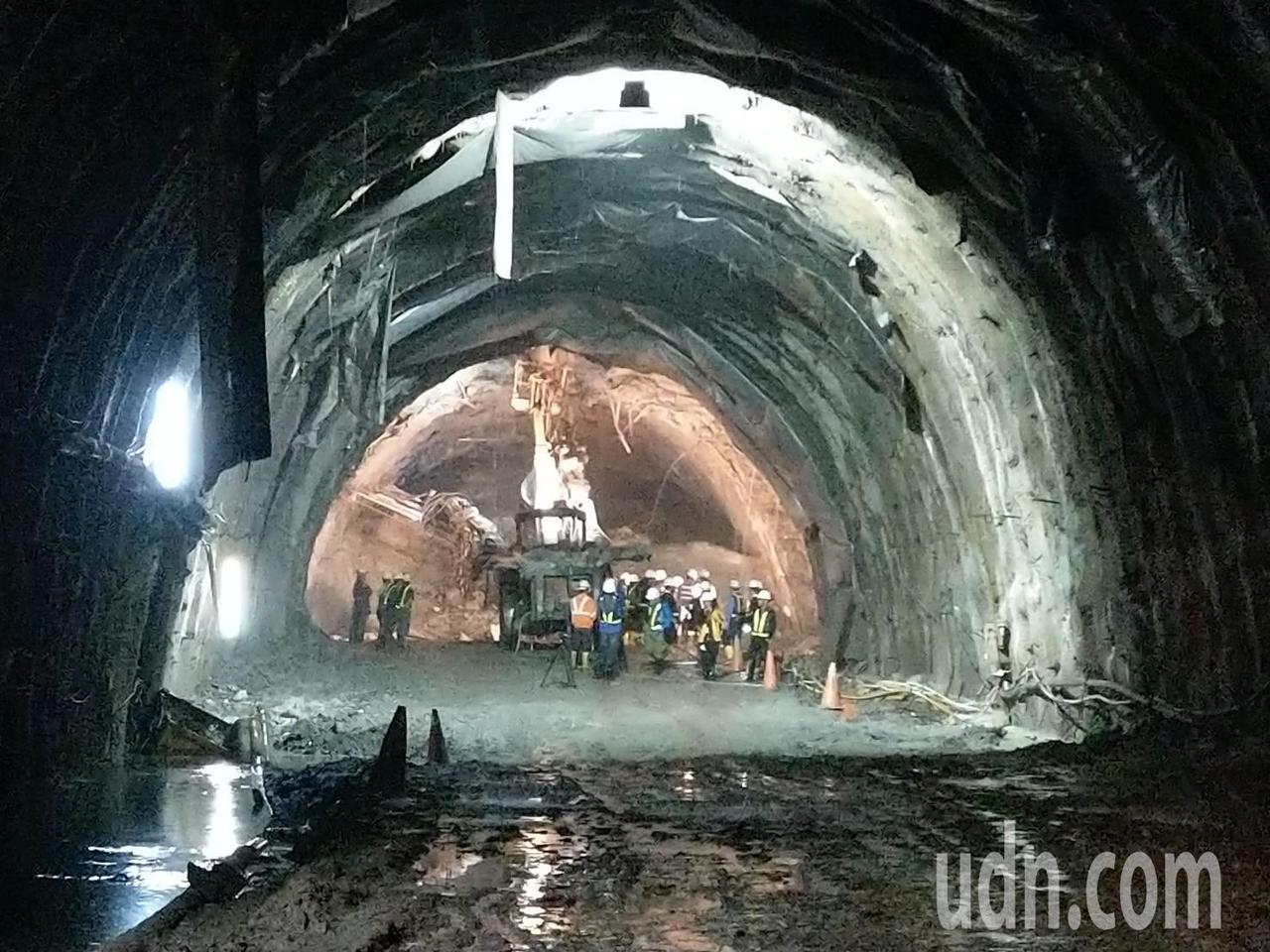 蘇花改谷風隧道發生大抽坍,目前仍大量滲漏地下水、滿地泥濘,無法展開後續抽坍處理工...