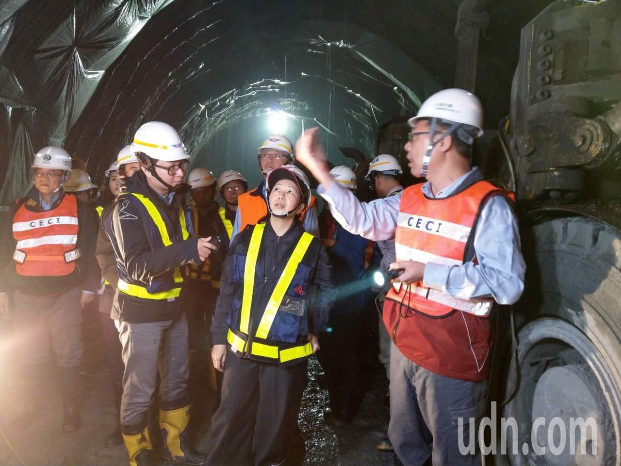 立委徐榛蔚關心蘇花改工程安全,進入隧道會勘了解,聽取工程簡報。記者戴永華/攝影