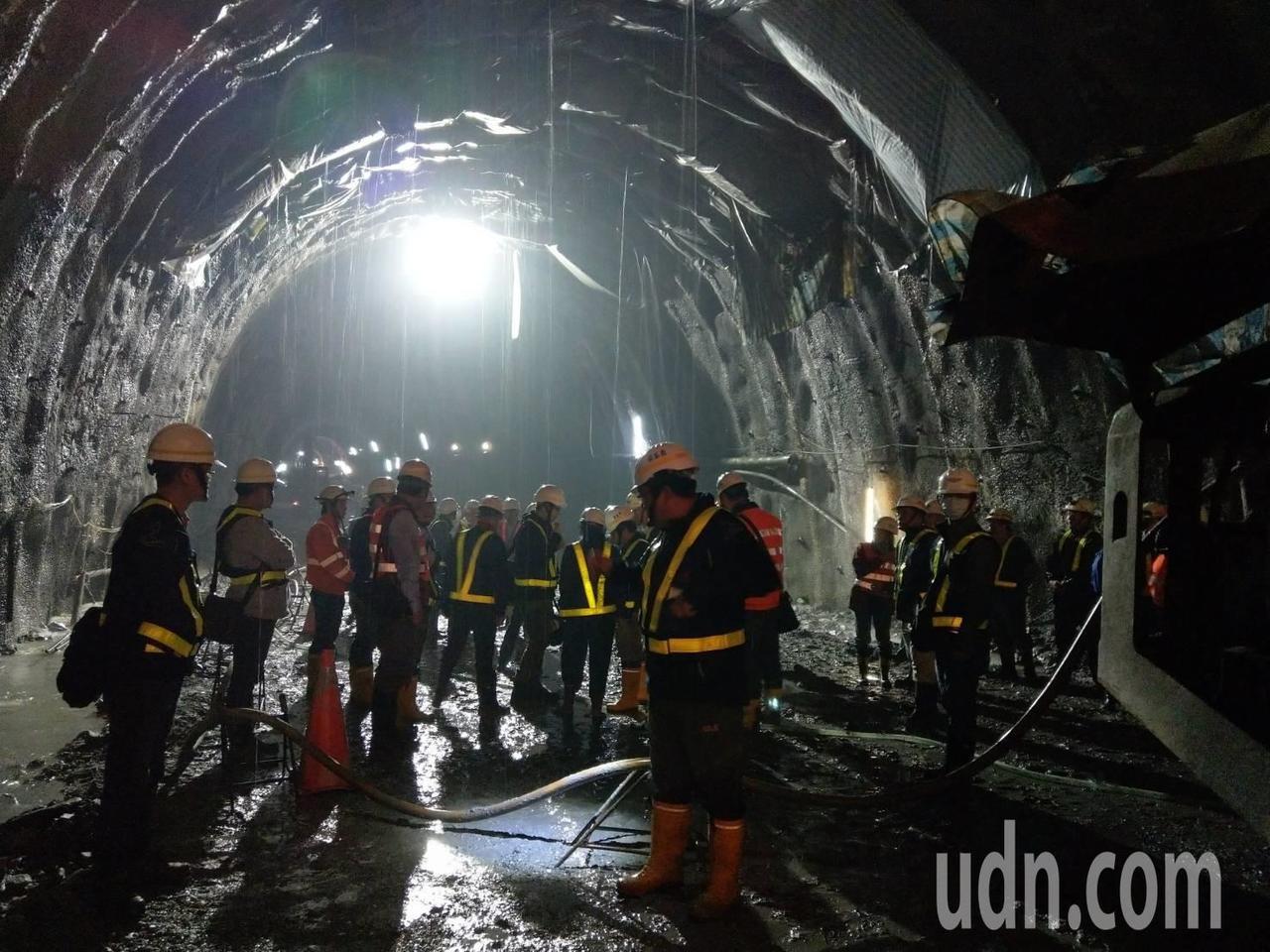 蘇花改谷風隧道發生大抽坍,滿地泥濘,由於未完成進一步地質調查,無法展開後續抽坍處...