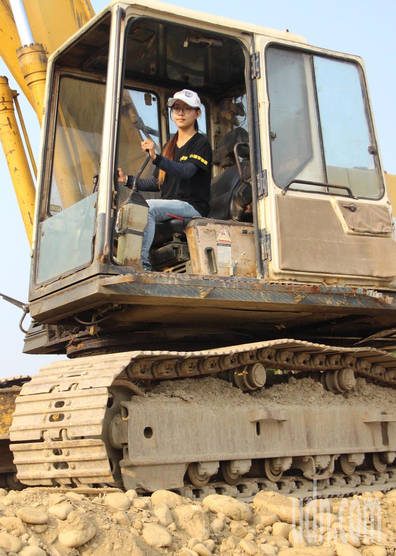 26歲吳亦筑雖然嬌小,卻是全台唯一女重機械教練。記者林敬家/攝影
