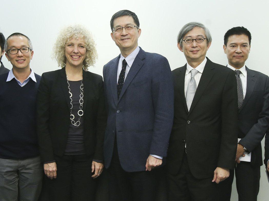聯合報系願景工作室執行長羅國俊(中)、策略長何振忠(右二)今會見綠色和平組織全球...