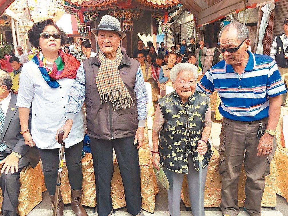 台南市將軍區馬沙溝社區有兩寶,108歲男人瑞陳響(左二)、103歲女人瑞吳黃清心...