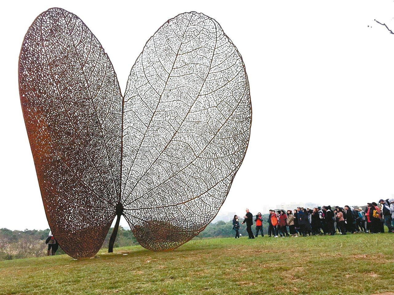 巨型公共藝術品「葉子」(LEAF),立在一片綠意之中。 記者郭宣彣/攝影