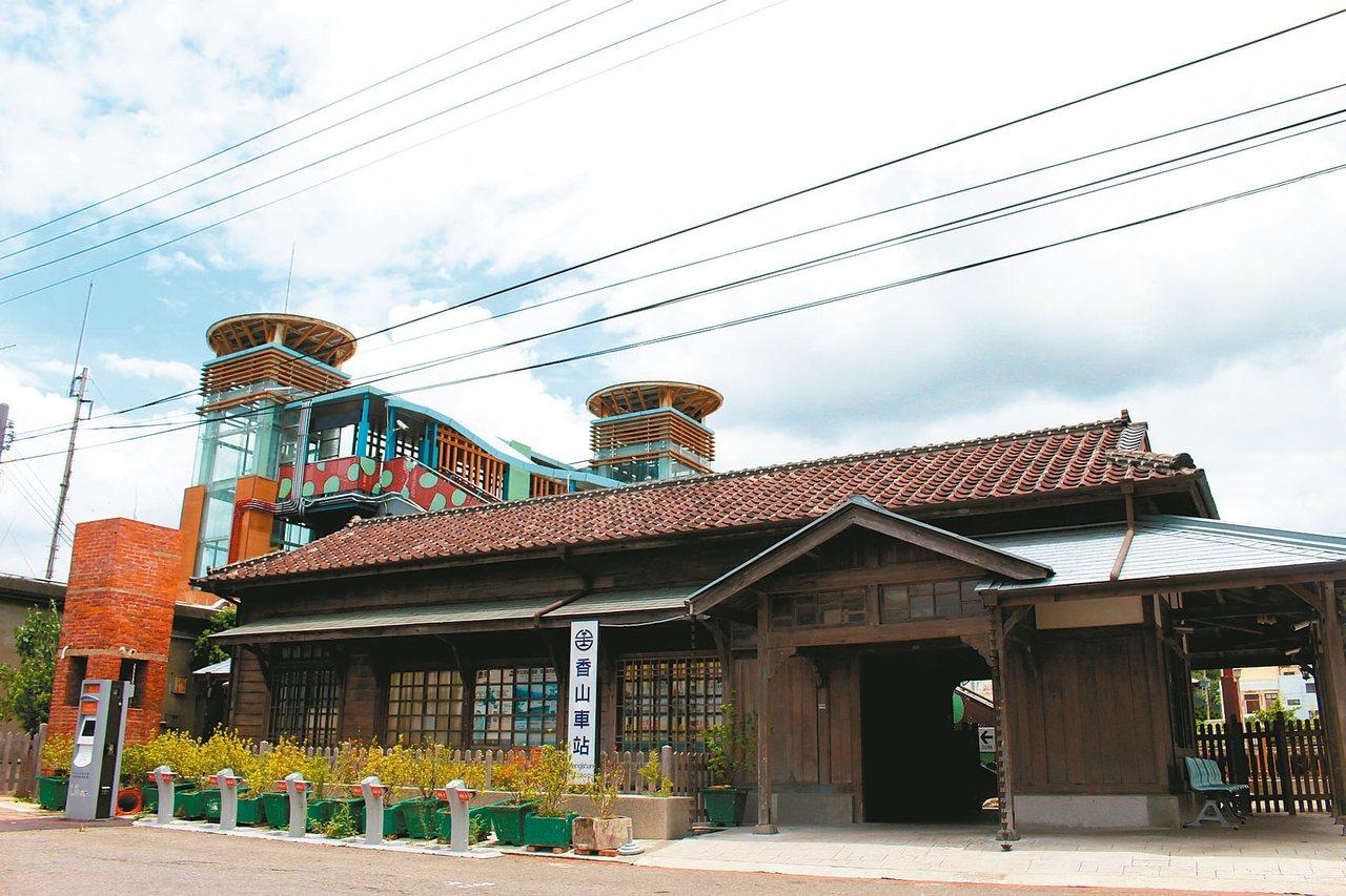 古色古香的香山車站位於巷弄中,是目前全國唯一僅存由阿里山檜木搭建的火車站,以不對...