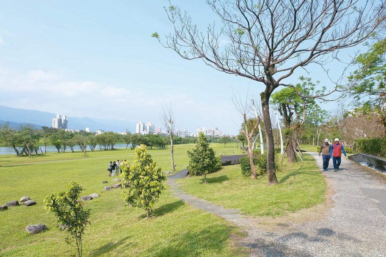 慶和橋下公園綠意盎然,是宜蘭市民眼中五星級的散步所在。 記者張芮瑜/攝影