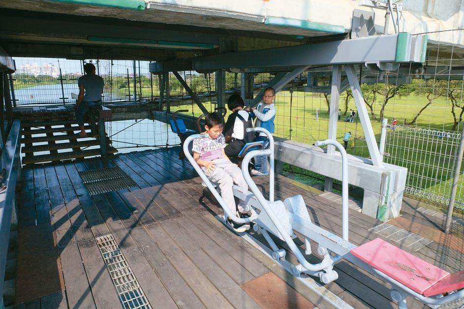 觀景台有模擬划舟健身器材,呈現與水上選手同步較勁的有趣景象。 記者張芮瑜/攝影