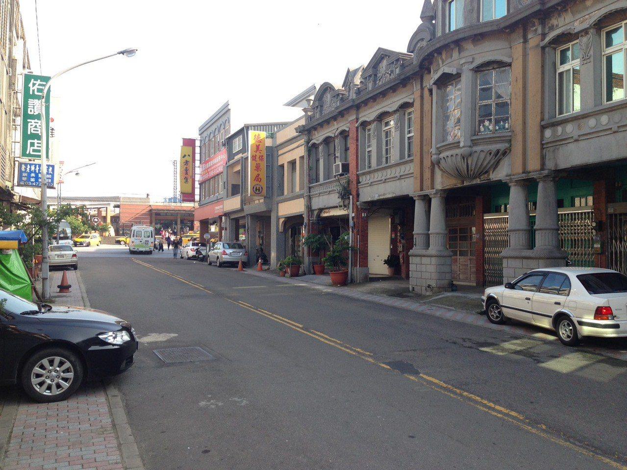 桃園市富岡火車站前就是老街仍保有日據時期建築外觀。 記者鄭國樑/攝影